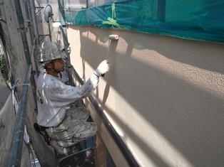 尼崎市 外壁塗装 ガイナを塗っています。